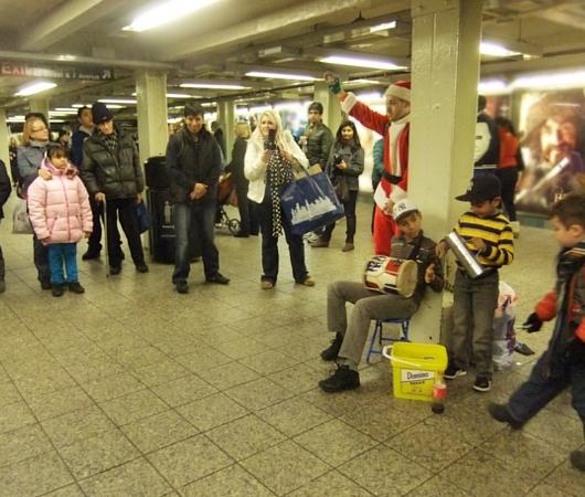 NYの地下鉄で見かけたチビッ子ミュージシャンとサンタさんのコラボ_b0007805_11521711.jpg