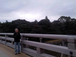 五十鈴川にかかる宇治橋を右側通行で渡ります_b0096957_16392564.jpg