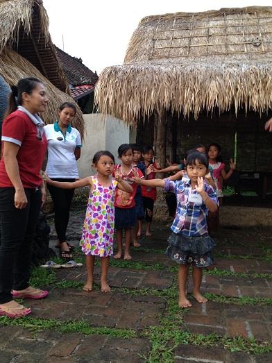 スバックタボラ・ヴィラにて、子供達の楽器や踊りの練習が見られます Latihan anak2 di Subak Tabola Villa_a0120328_1001738.jpg