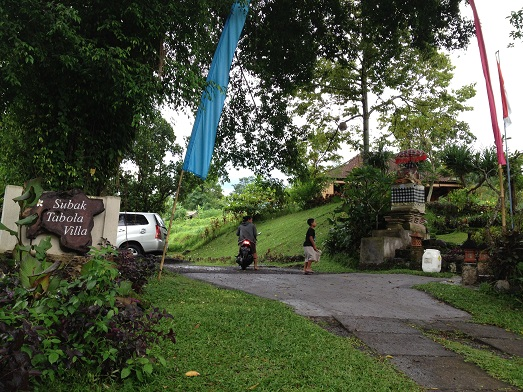 スバックタボラ・ヴィラにて、子供達の楽器や踊りの練習が見られます Latihan anak2 di Subak Tabola Villa_a0120328_9505021.jpg