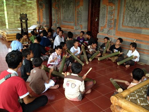 スバックタボラ・ヴィラにて、子供達の楽器や踊りの練習が見られます Latihan anak2 di Subak Tabola Villa_a0120328_955039.jpg