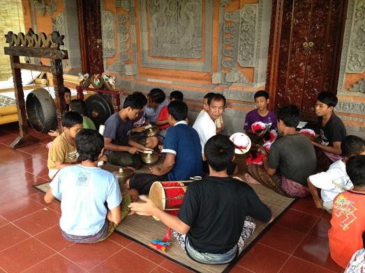 スバックタボラ・ヴィラにて、子供達の楽器や踊りの練習が見られます Latihan anak2 di Subak Tabola Villa_a0120328_9562985.jpg