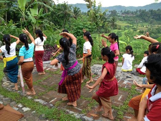 スバックタボラ・ヴィラにて、子供達の楽器や踊りの練習が見られます Latihan anak2 di Subak Tabola Villa_a0120328_9592185.jpg