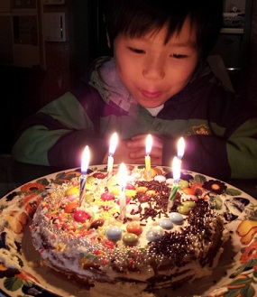 子供たちが作った、誕生ケーキのデザインは自社製品に似ていました_d0148223_1346639.jpg