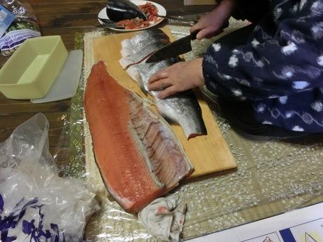 塩鮭を切る_a0203003_23455546.jpg
