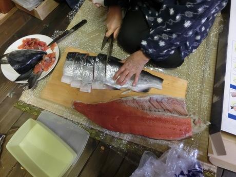 塩鮭を切る_a0203003_23461597.jpg