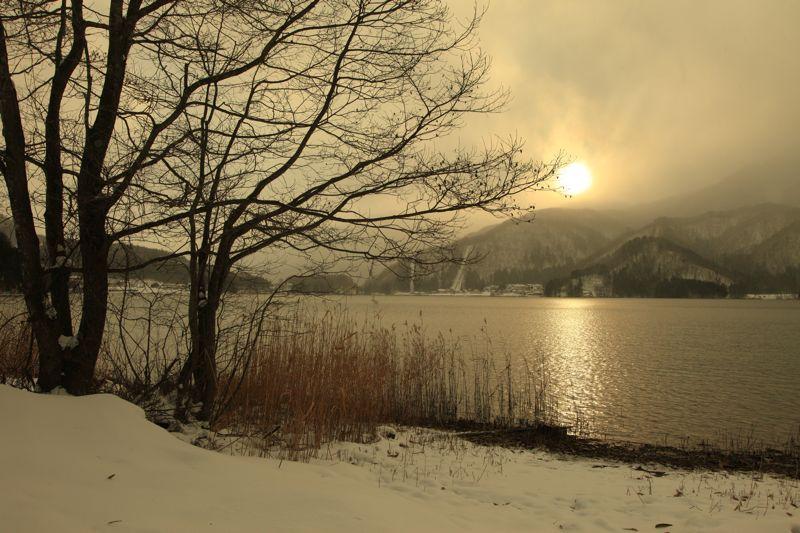 残り柿と青木湖の夕景_d0148902_2051288.jpg