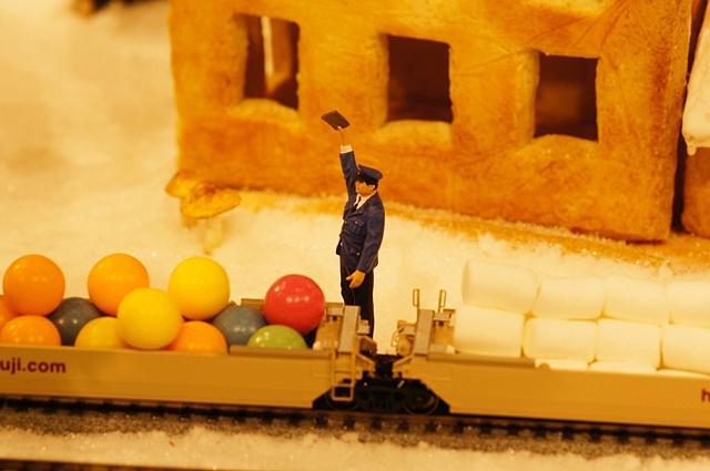 無印良品にはクリスマスのお菓子の家のジオラマが~♪_b0145398_9351914.jpg