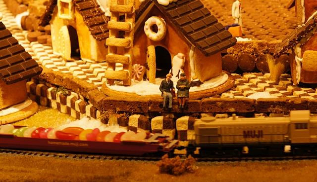 無印良品にはクリスマスのお菓子の家のジオラマが~♪_b0145398_9354974.jpg