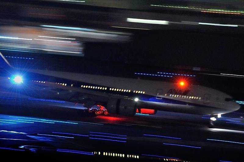 先日、仕事帰りに羽田空港へ行って、夜間の流し撮りにチャレンジいたしました... レンズの向こう側