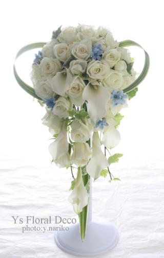 白いキャスケードブーケ カラーとバラとピュアブルー_b0113510_226319.jpg