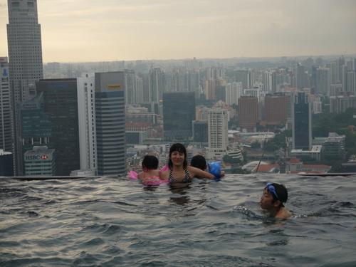 シンガポールへの旅(5)―マリーナ・ベイ・サンズ、プール_e0123104_6183416.jpg