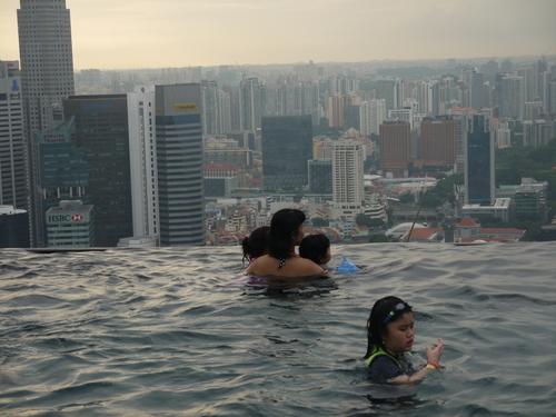 シンガポールへの旅(5)―マリーナ・ベイ・サンズ、プール_e0123104_6190100.jpg