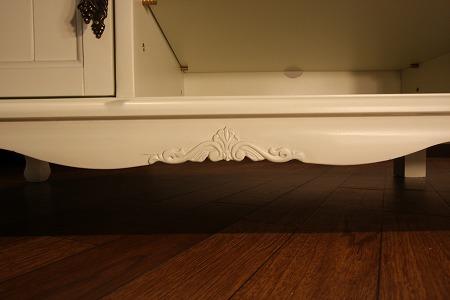 エレガントなホワイトカラーの輸入家具ご紹介~_f0029571_1845793.jpg