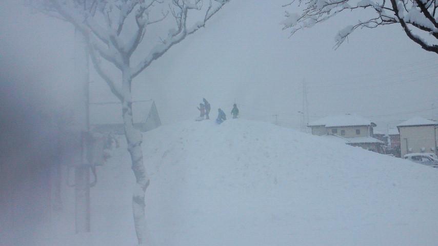 雪の日の遊び方☆ばばばあちゃんの「そりあそび」_e0160269_622484.jpg