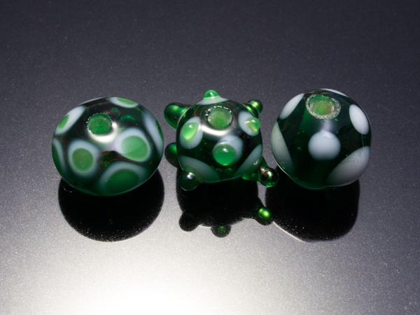 トンボ玉  緑色のあくみゃw_d0068664_2252643.jpg