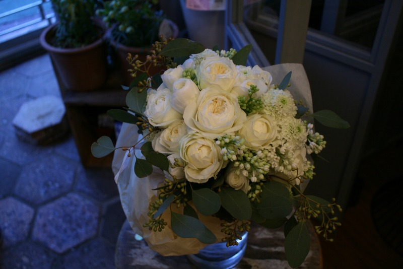 白いバラとユーカリのブーケ_d0005824_14533135.jpg