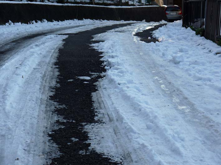 六国見山自宅近くの日の当たらない道路の雪が依然凍結_c0014967_17182110.jpg