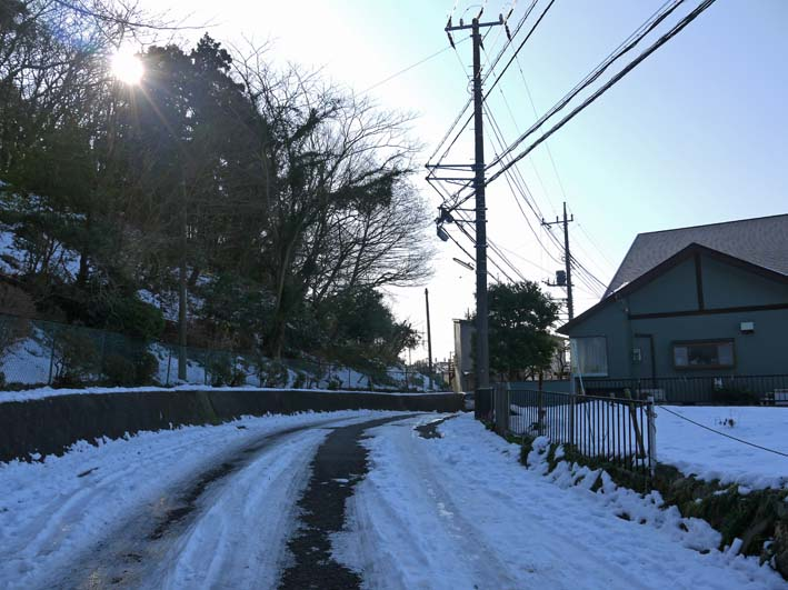 六国見山自宅近くの日の当たらない道路の雪が依然凍結_c0014967_17212318.jpg