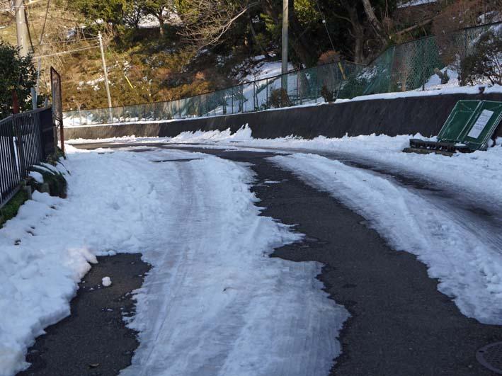 六国見山自宅近くの日の当たらない道路の雪が依然凍結_c0014967_17232171.jpg