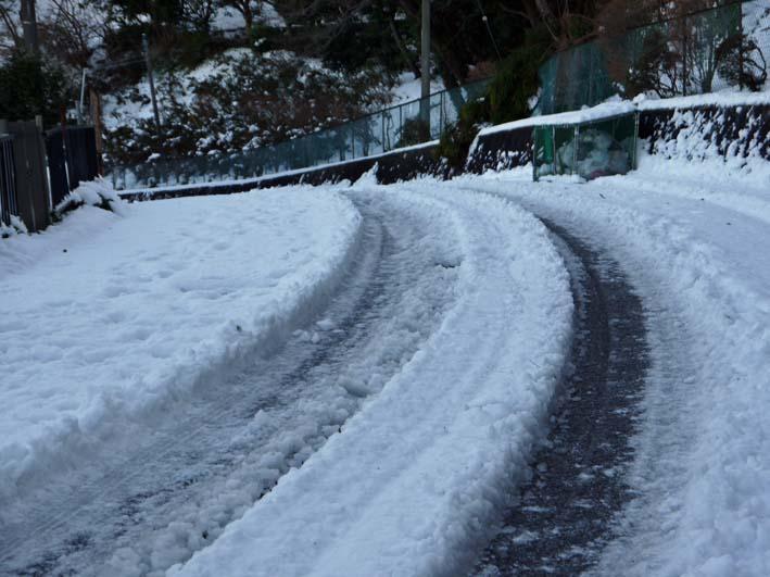 六国見山自宅近くの日の当たらない道路の雪が依然凍結_c0014967_1724196.jpg