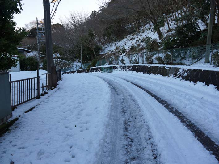 六国見山自宅近くの日の当たらない道路の雪が依然凍結_c0014967_17243230.jpg