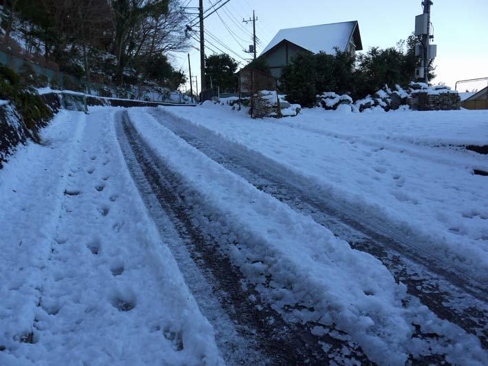 六国見山自宅近くの日の当たらない道路の雪が依然凍結_c0014967_1724510.jpg