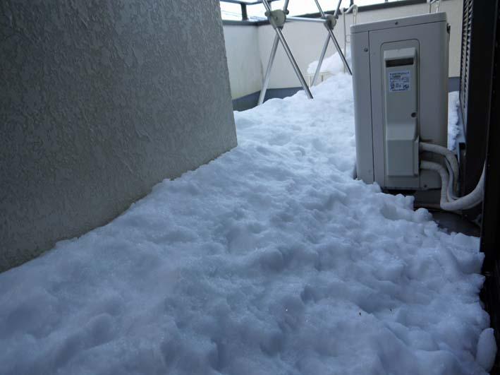 六国見山自宅近くの日の当たらない道路の雪が依然凍結_c0014967_17261593.jpg