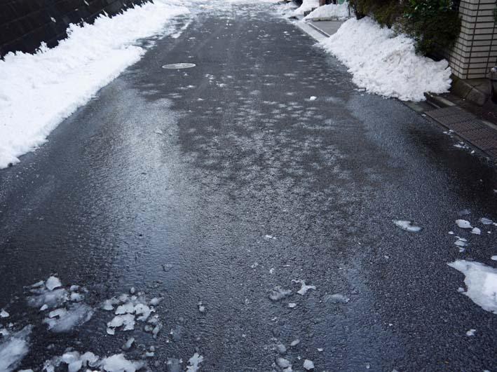 六国見山自宅近くの日の当たらない道路の雪が依然凍結_c0014967_17312421.jpg
