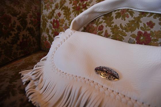 ディアスキンの白いフリンジのバッグ_f0155891_16351615.jpg