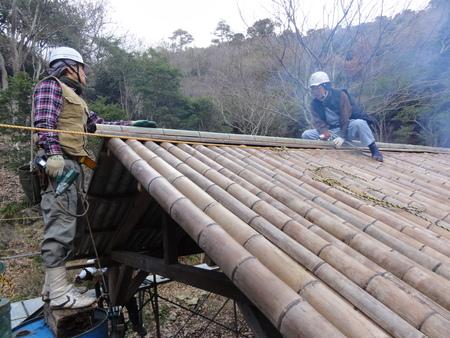 「バンブーハウス」竹屋根葺き替え作業ほぼ完了 in  孝子の森_c0108460_1818118.jpg