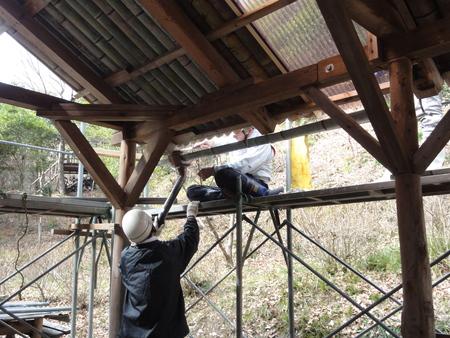 「バンブーハウス」竹屋根葺き替え作業ほぼ完了 in  孝子の森_c0108460_18201537.jpg