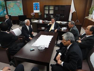 農林政務官室にて長島代議士と_f0019487_5582014.jpg