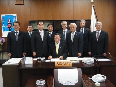 農林政務官室にて長島代議士と_f0019487_5583321.jpg