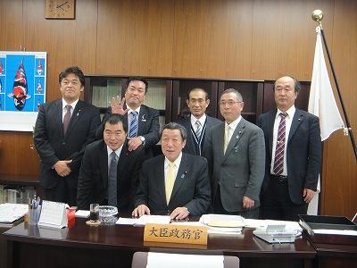 農林政務官室にて長島代議士と_f0019487_5584384.jpg