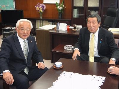 農林政務官室にて長島代議士と_f0019487_5585212.jpg