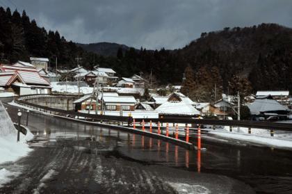 昨晩降った雪で屋根の上はうっすら白くなってはましたが...._b0194185_22412513.jpg