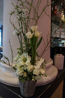 白いお花で春のアレンジ_f0155431_2275729.jpg