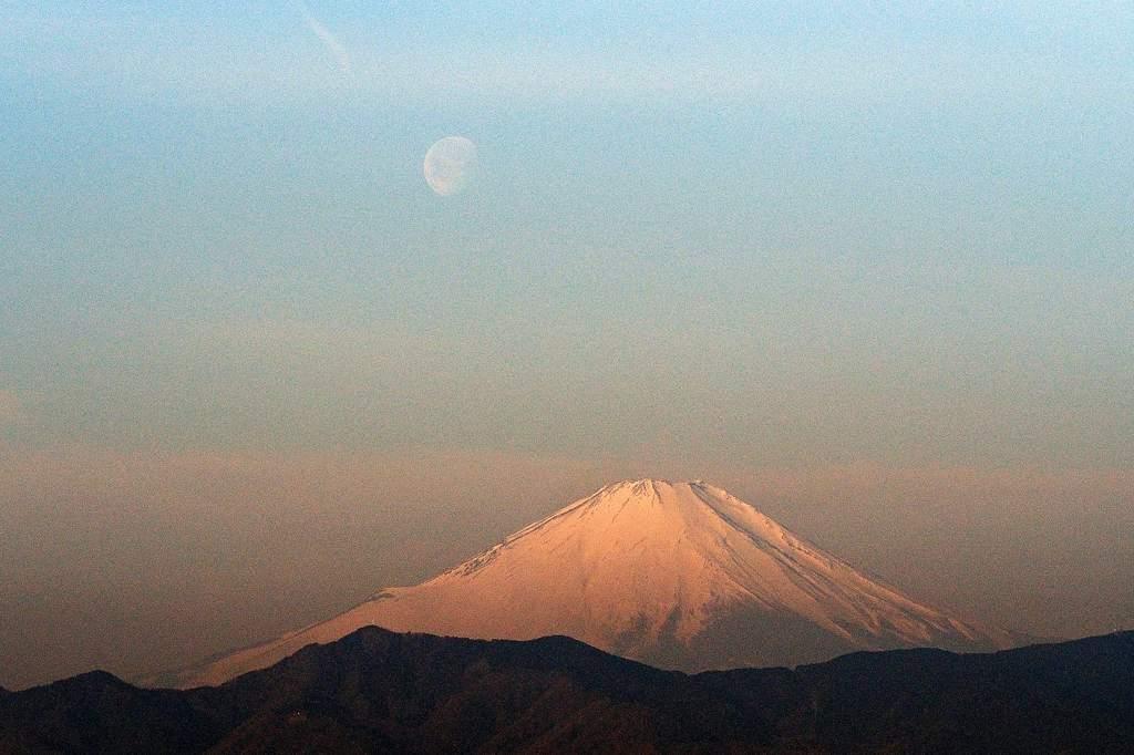今日はこれ一枚だけ/今日のMF/今朝の月と富士のコラボ_b0024798_17151114.jpg