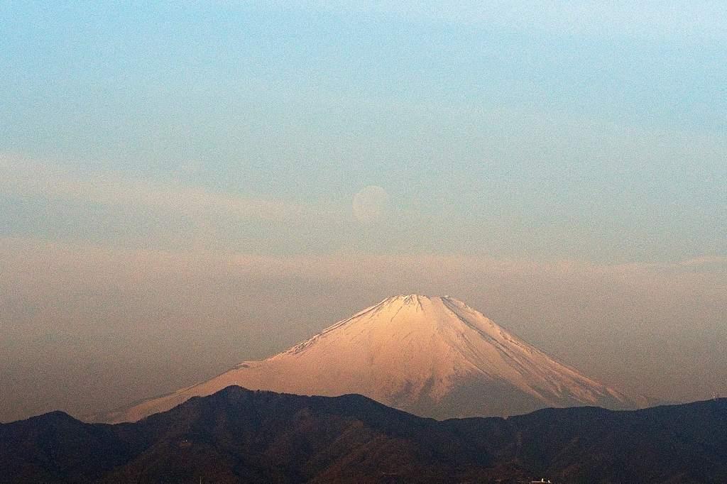 今日はこれ一枚だけ/今日のMF/今朝の月と富士のコラボ_b0024798_1715233.jpg