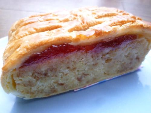 【菓子パン】しっとり いちごのケーキ@ヤマザキ_c0152767_2217255.jpg