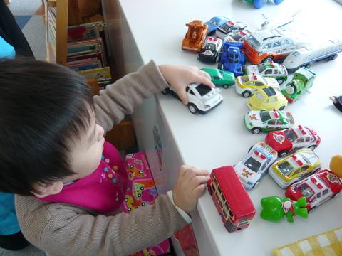 車のおもちゃが一番!!_b0228113_11581910.jpg