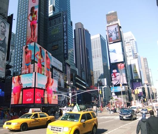 NYのタイムズスクエアに、歩いて楽しむ愛のアート、ハート・ウォーク(Heartwalk)登場中_b0007805_1295526.jpg