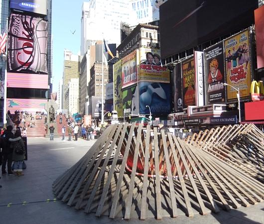 NYのタイムズスクエアに、歩いて楽しむ愛のアート、ハート・ウォーク(Heartwalk)登場中_b0007805_1303237.jpg