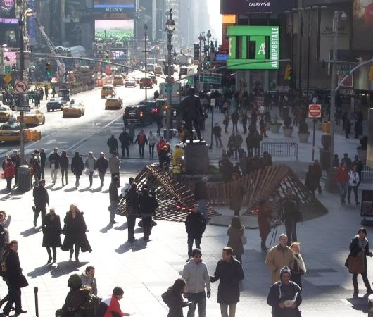 NYのタイムズスクエアに、歩いて楽しむ愛のアート、ハート・ウォーク(Heartwalk)登場中_b0007805_1304214.jpg