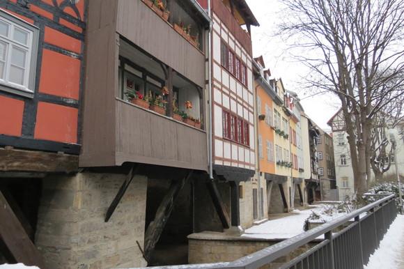 130220 川をまたぐようにつくられた建築空間は、ドイツ独特の外壁とバルコニーが印象的である。_d0288367_18441930.jpg