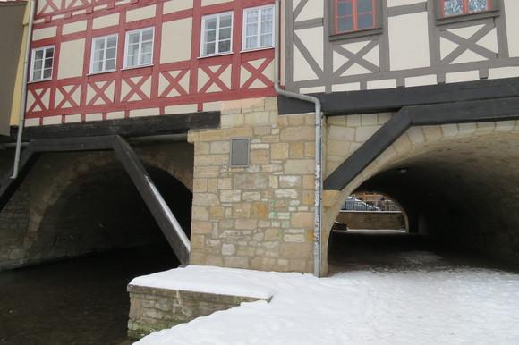 130220 川をまたぐようにつくられた建築空間は、ドイツ独特の外壁とバルコニーが印象的である。_d0288367_1845598.jpg