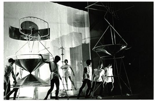 「実験工房展」 今も気を吐く60年前の前衛_a0163788_2151252.jpg