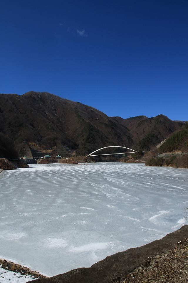 全面結氷したままのみずがき湖・・・_b0100253_16381623.jpg