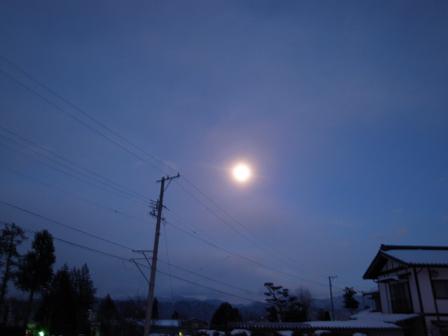 東の空に月が浮かんで_a0014840_04337.jpg